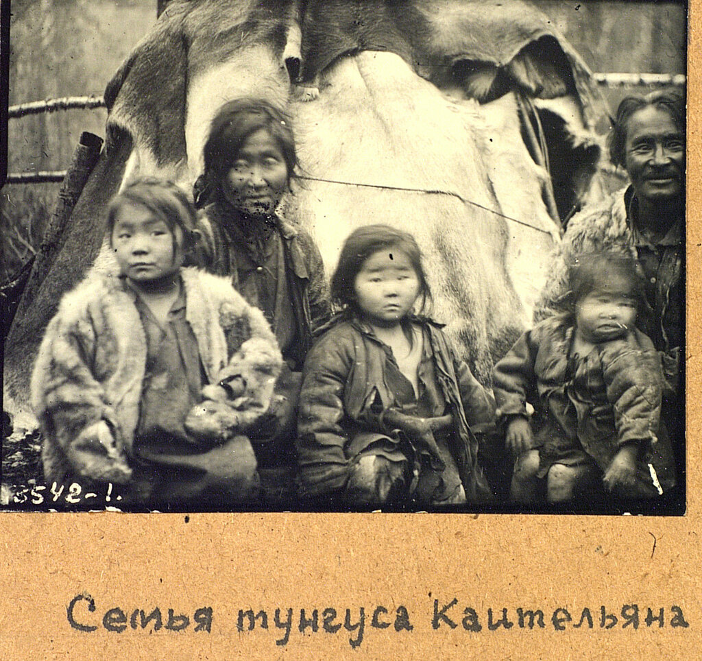 Семья охотника Коительяна. Эвенки (тунгусы). Омская область, Тарский район. 1926..jpg