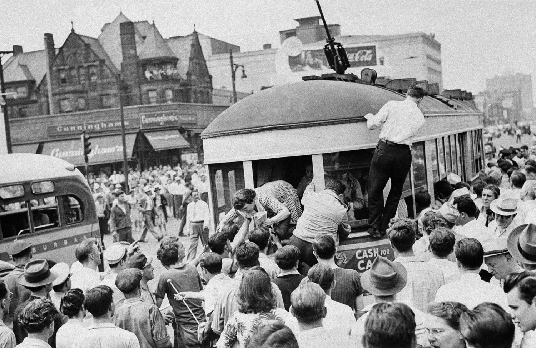 1943. 21 июня. Расовые волнения в Детройте. Пассажирку высаживают из заднего окна трамвая, после того, как толпа остановила транспорт и начала вышвыривать негров из трамвая