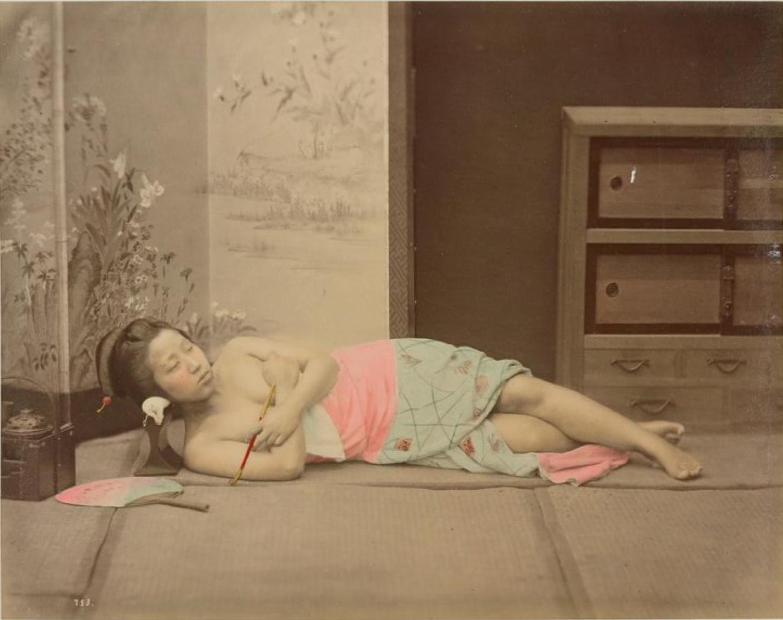 Молодая девушка с трубкой и веером