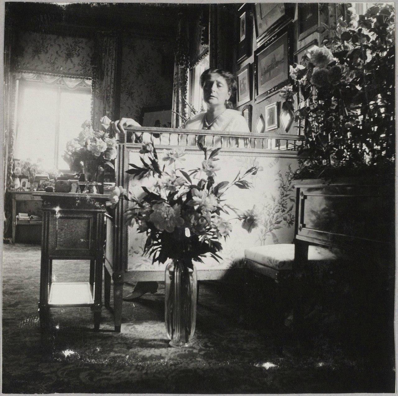 1909. Императрица в будуаре Нижней дачи