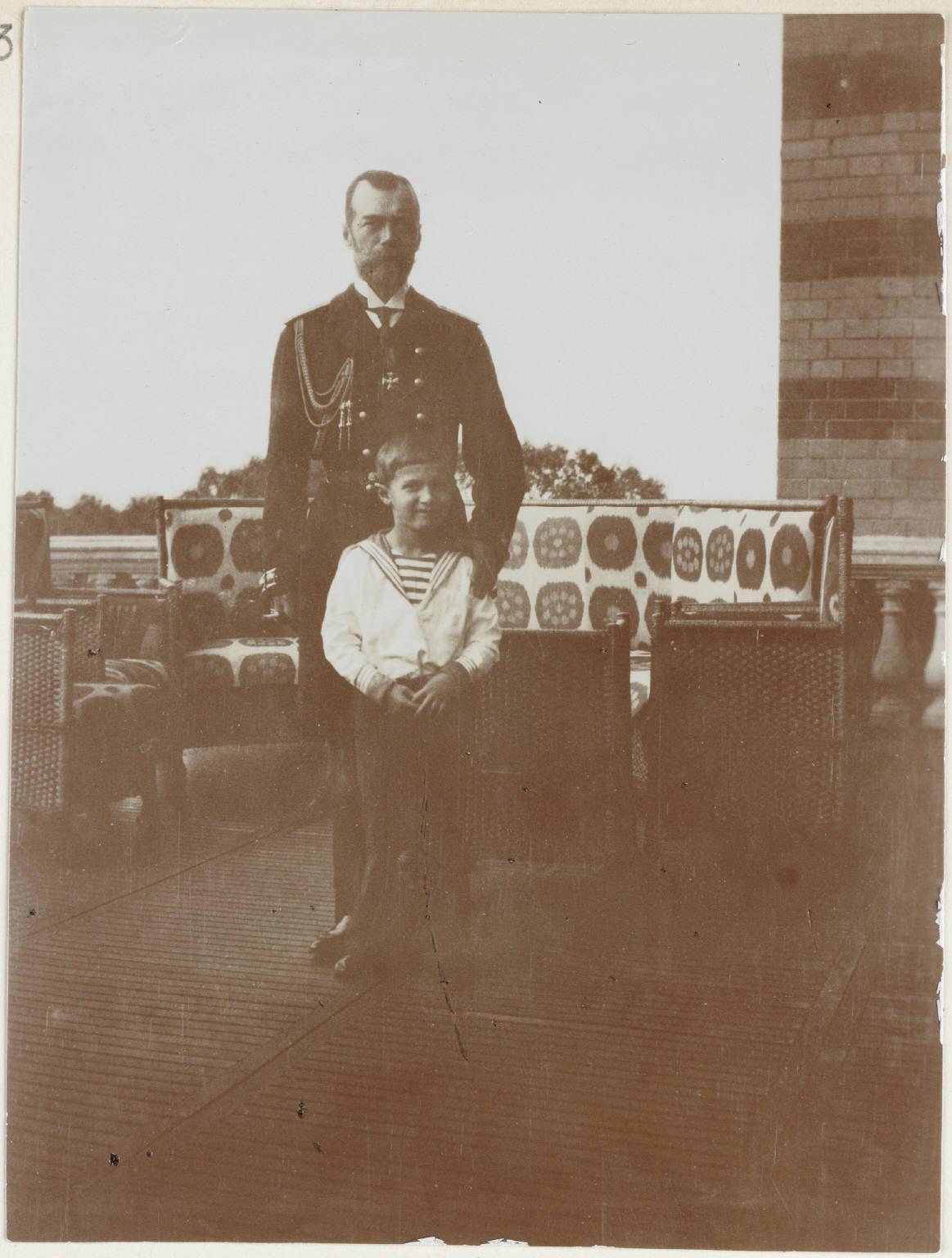 1909. Николай II с сыном на балконе Нижней дачи