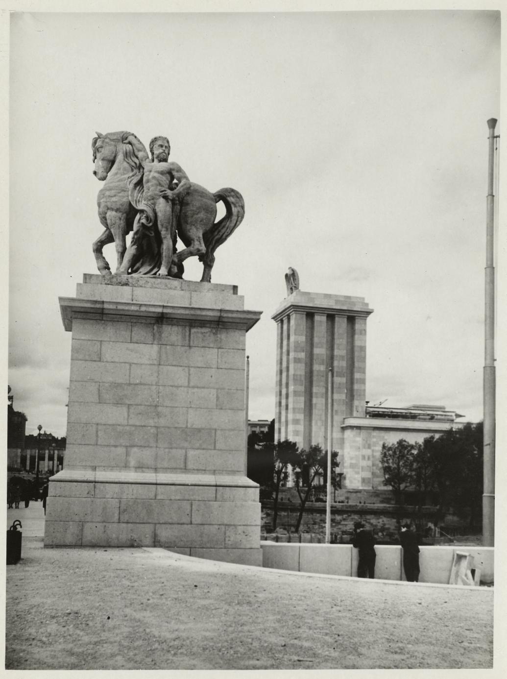 «Галльский воин» Антуана-Огюстена Прео при входе на мост Йены на фоне германского павильона