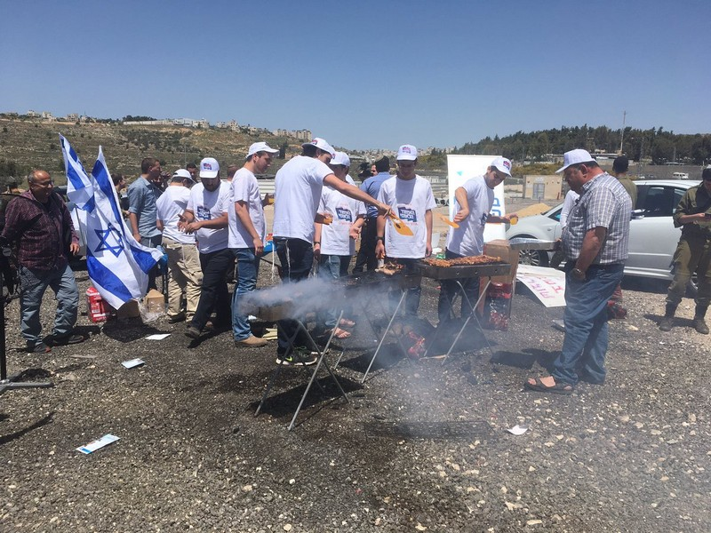 Израильтяне пожарили шашлык у стен тюрьмы с голодающими террористами