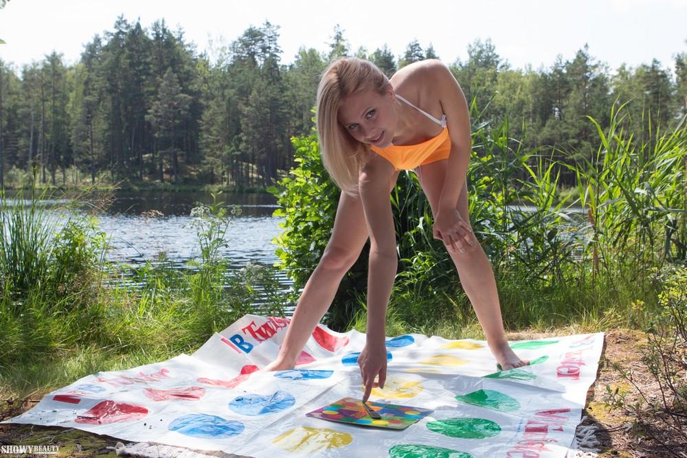 Белокурая Эмма играет в Твистер голышом