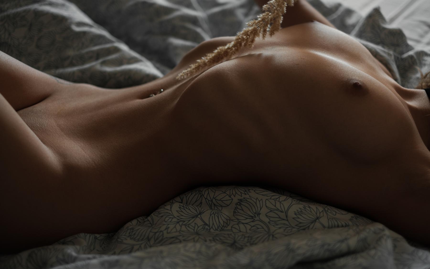 На кровати в носках Anora / Роман Филиппов