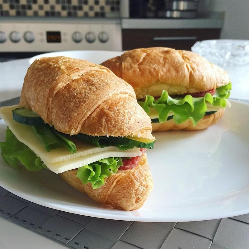 Круассаны с колбасой и сыром Анаис: Тому, кто это сделал, должно быть стыдно. Перед своей семьей и с