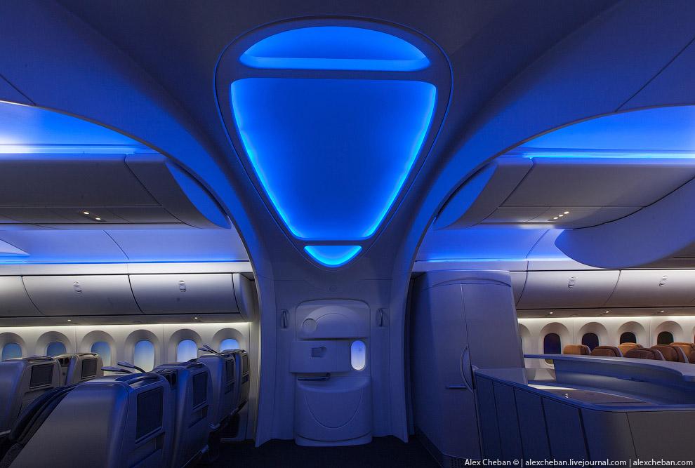 А вот как это выглядит в реальной жизни. Главная входная галерея на борту Боинг-787 «Дримлайнер