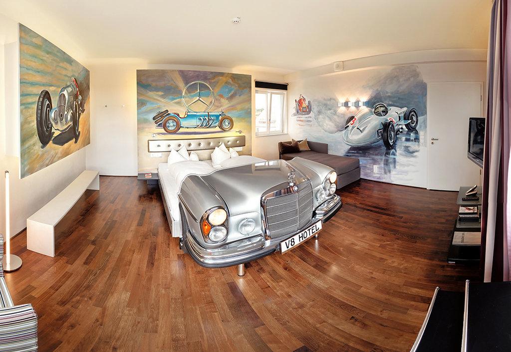 Автомобили использованы и в интерьерах номеров: кровати во многих комнатах — своего рода кентавры: п