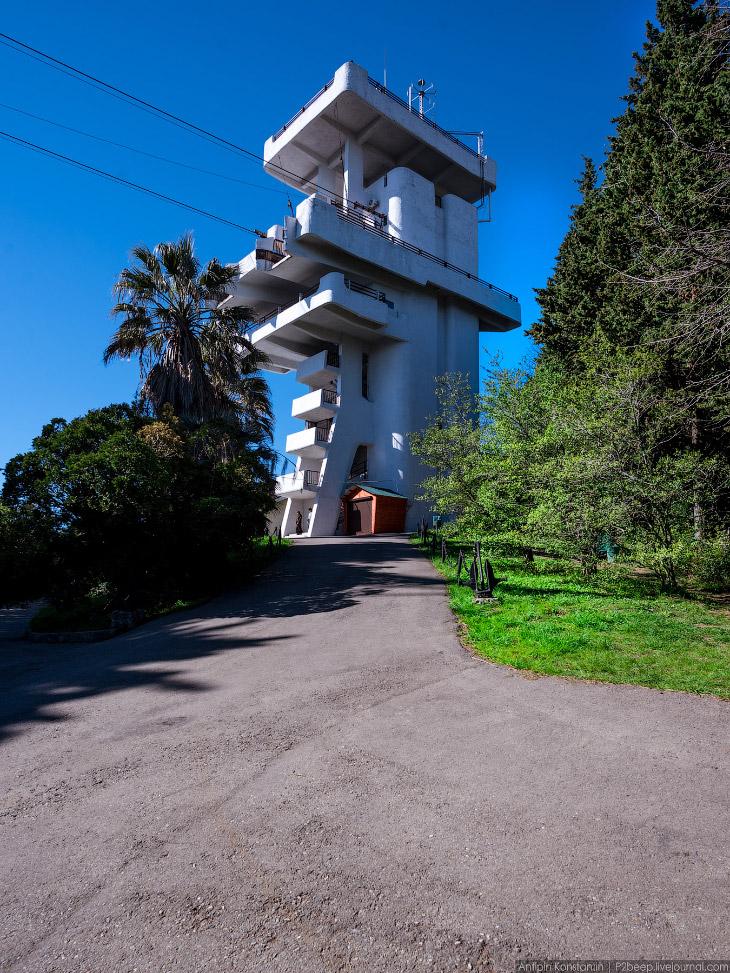 2. После реконструкции 2006 года верхняя станция потеряла первоначальный облик. Обе башни задумывали