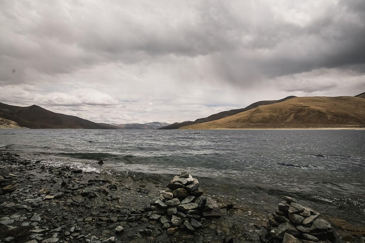 27. По легенде, в озере живут змеи - наги. Местные жители никогда здесь не купаются и не переплывают