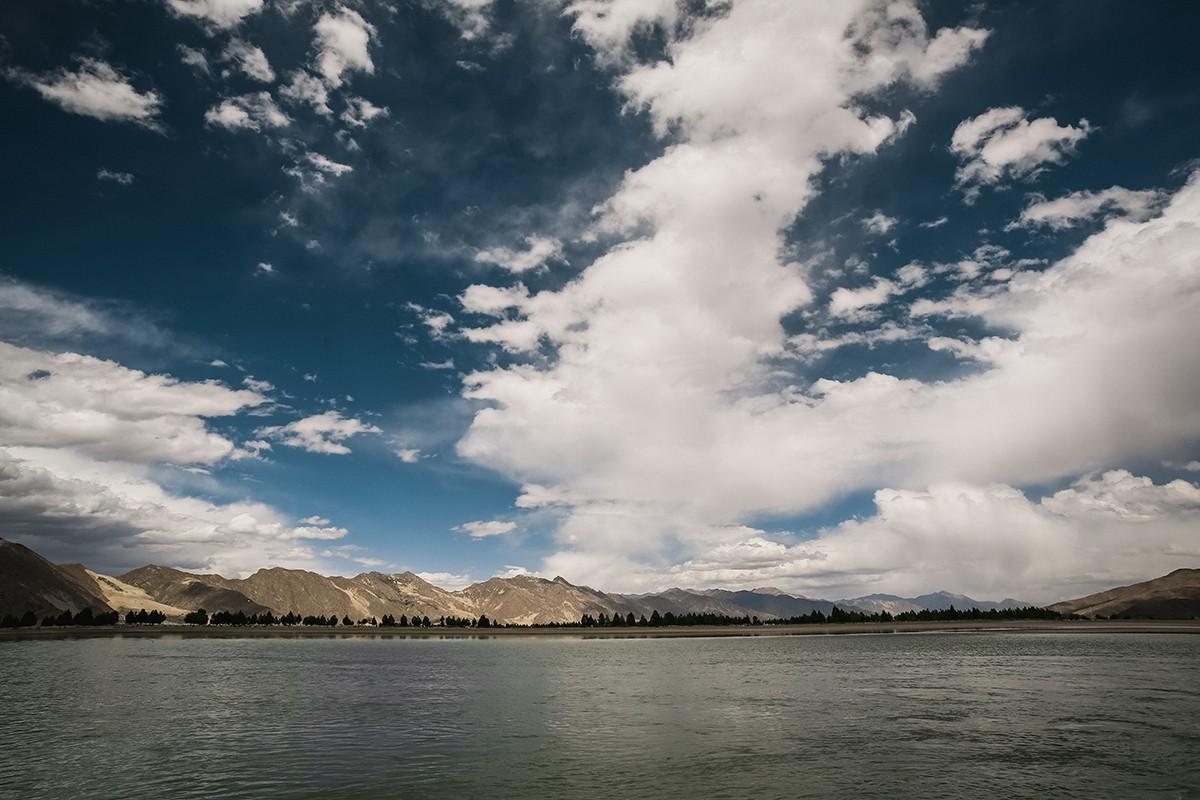 38. Река Ярлунг, она же Брахмапутра. Грязная и вонючая. С тибетских гор она течет в Индию.