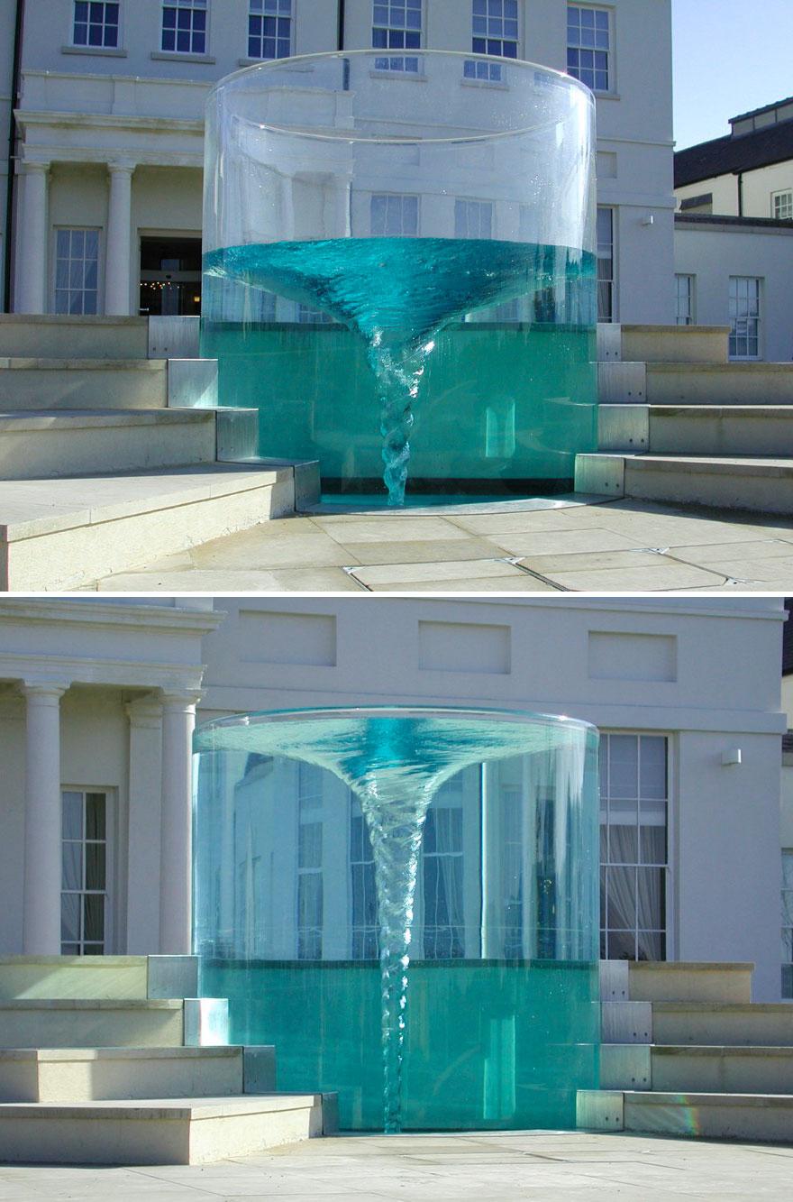 Фонтан-водоворот «Харибда» был создан скульптором Уильямом Паем в 2000 году для отеля-спа класса люк