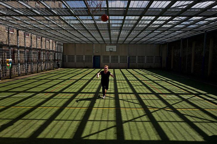 Монгольский мигрант Нааран Баатар, которому 40 лет, играет в баскетбол на площадке в тюрьме Де Койпе