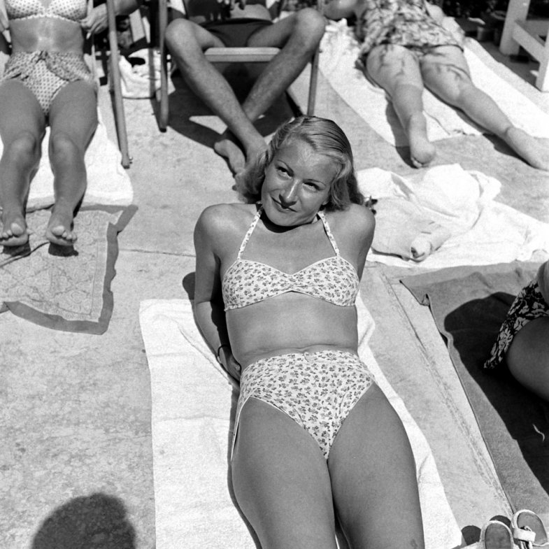 13. На пляже во Франции, 1945 г. (Ralph Morse—Time & Life Pictures/Getty Images)
