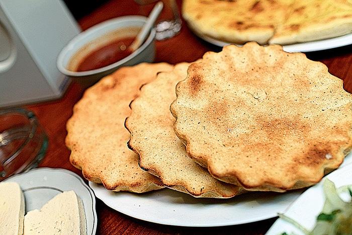 6. Мчади — пресные лепешки из кукурузной муки, обжаренные на сковороде кеци. Особенно популярны в За