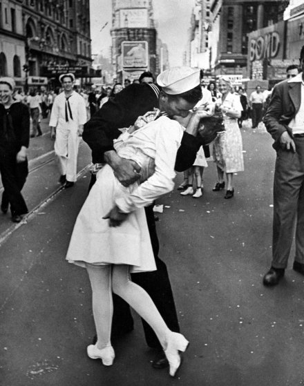 Культовые фотографии поцелуев из архивов журнала LIFE Magazine (17 фото)
