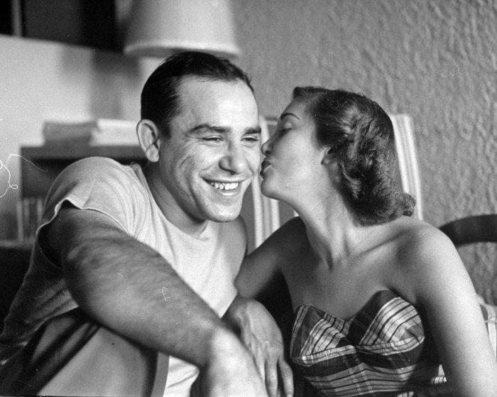 Кристина Голдсмит нежно целует щенка веймарской легавой, разведением которых занимается её отец, 195