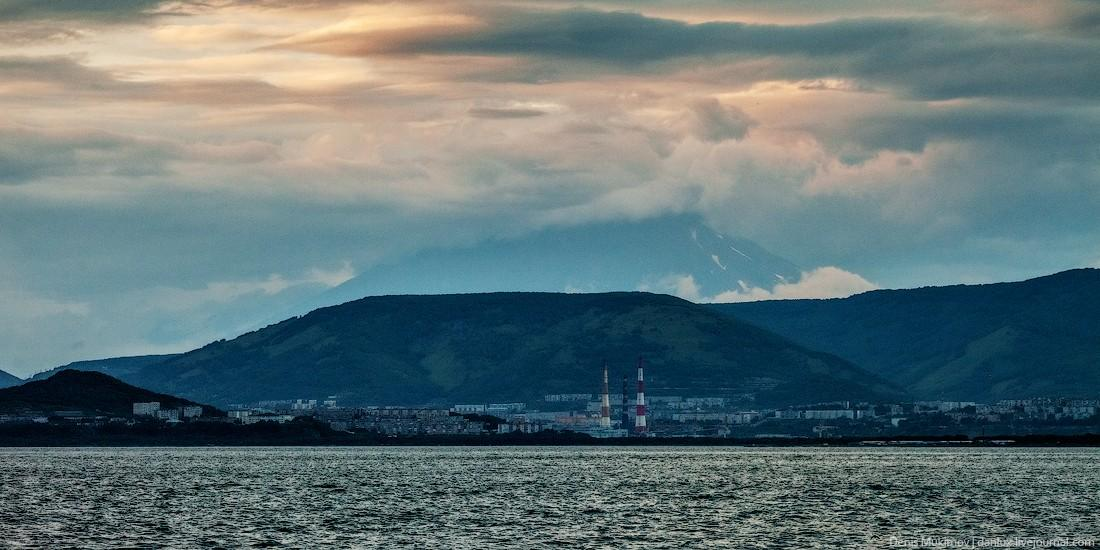 3. Петропавловск-Камчатский и уходящая в облака Корякская сопка.