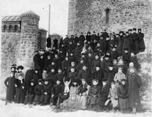 Члены Общества телесного воспитания Богатырь, участники экскурсии на Иматру у стен старого замка. 1909