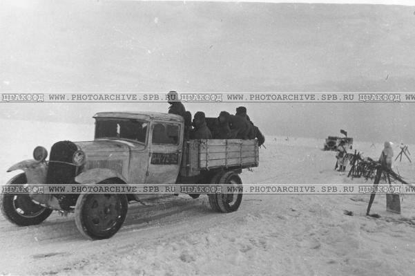 Машины, груженые боеприпасами для Ленинграда, на трассе. Февраль 1942 г.