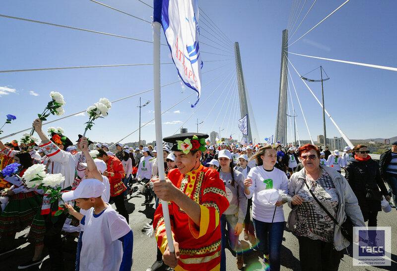 Мир, труд, май, мост!
