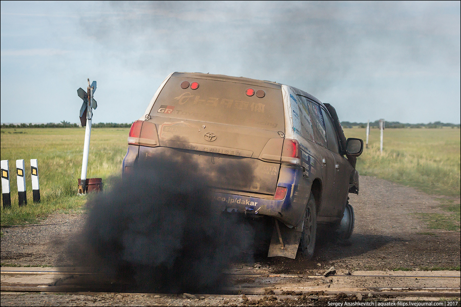 Toyota проехала 70 км на трех колесах
