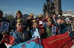 """Граждане КНР впервые участвовали в шествии """"Бессмертного полка"""" во Владивостоке 9 Мая"""