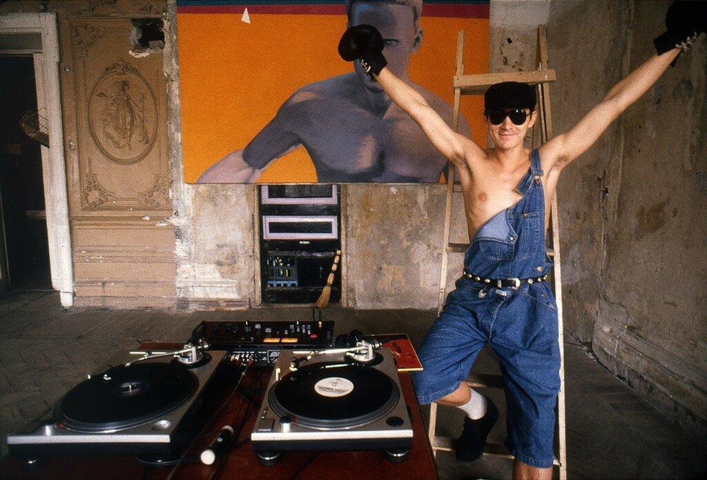 Виктория Ивлева. Фонтанка, 145 (первые техно-вечеринки Питера, на фото Алексей Хаас), 1991.jpg