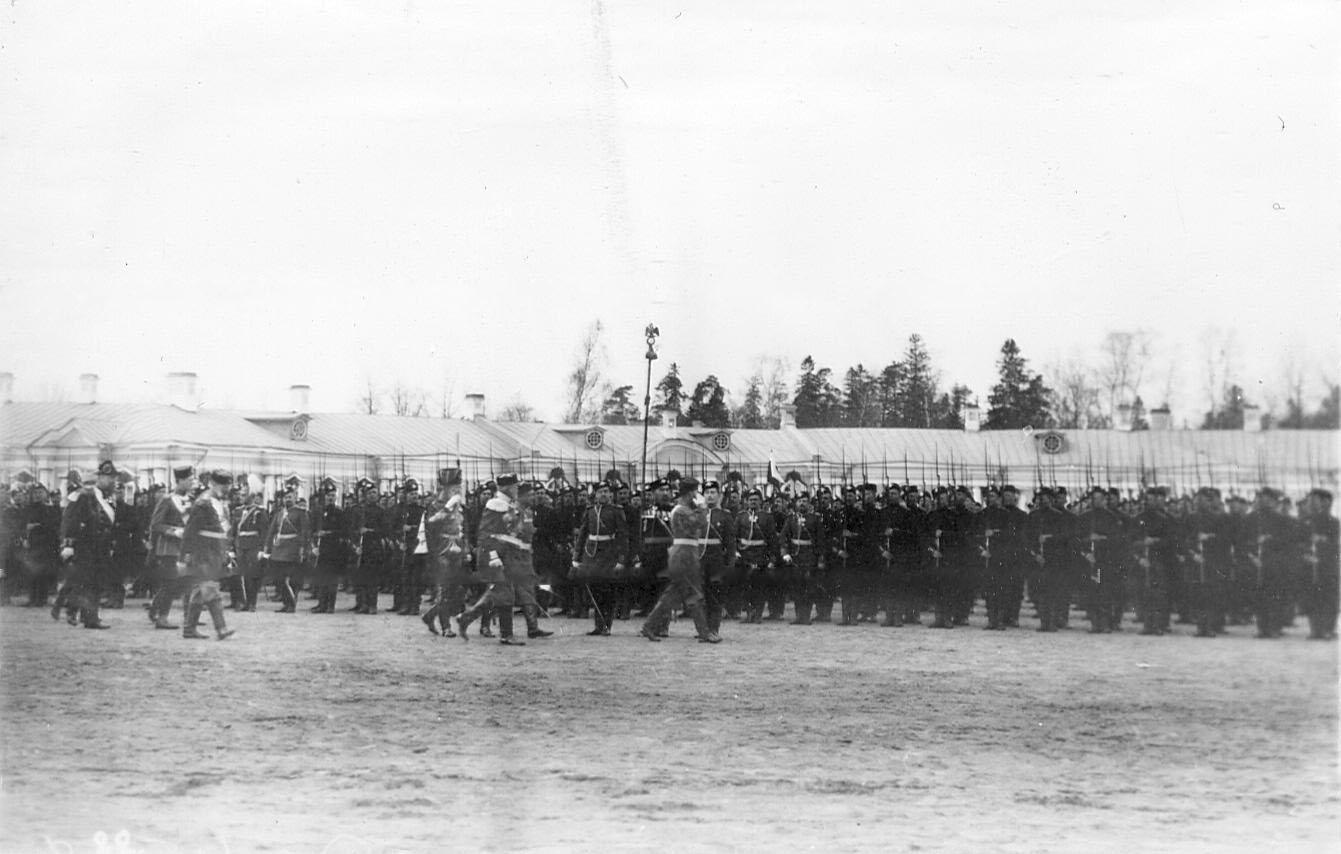Император Николай II производит смотр войскам, выстроившимся для парада