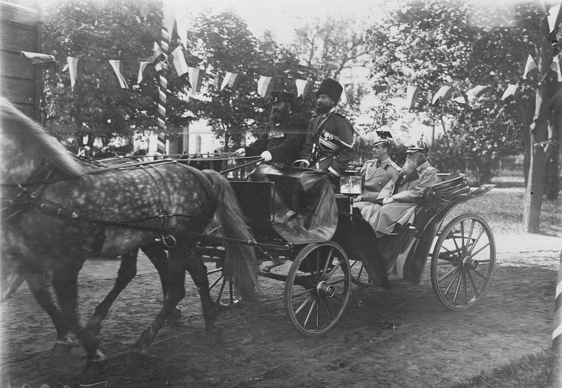 Прибытие великого князя Михаила Александровича (слева) на празднование 250-летнего юбилея полка
