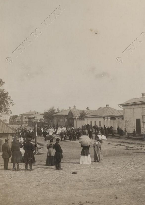 Похоронная процессия от Успенской церкви по ул. Полевой (совр. ул. Свердлова). Середина 1890-х