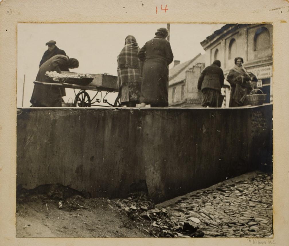 Еврейские женщины торгуют на древней городской стене