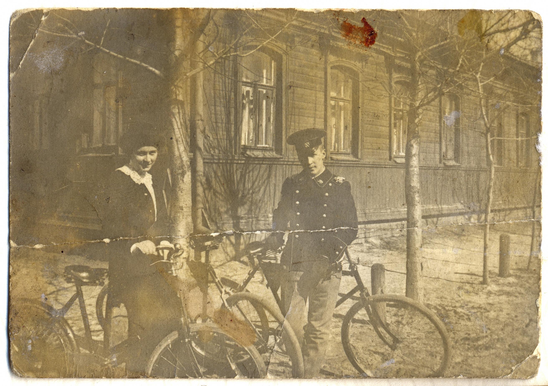 Александра Святоозерская с братом Василием около собственного дома