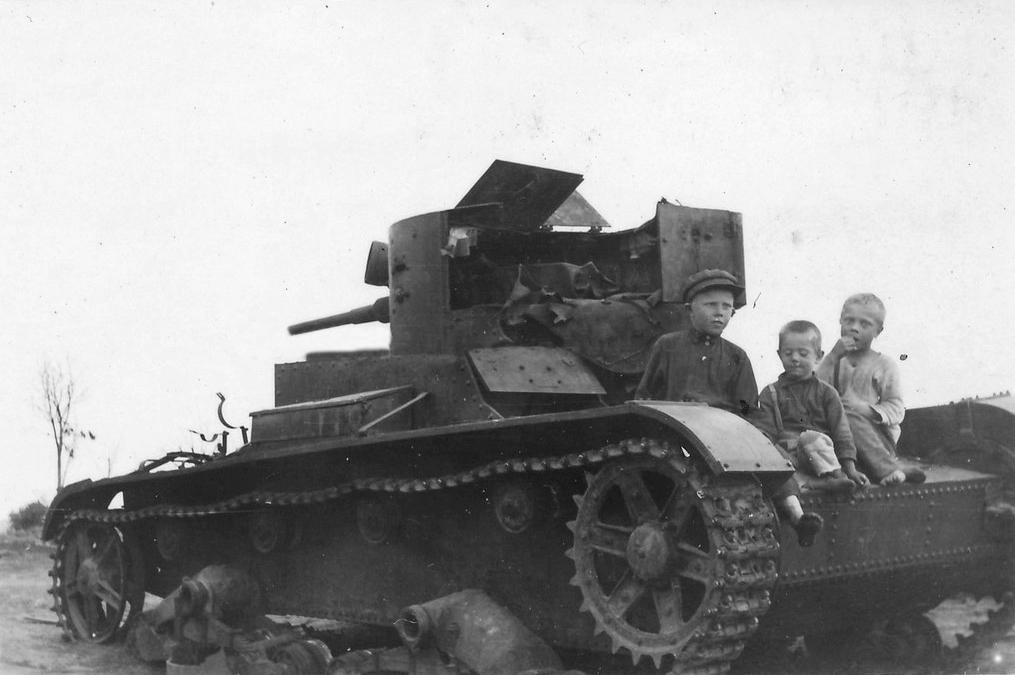 Дети на танке Т-26 обр. 1933 г. подбитом в р-не д. Горки. Белоруссия, 1941 год.