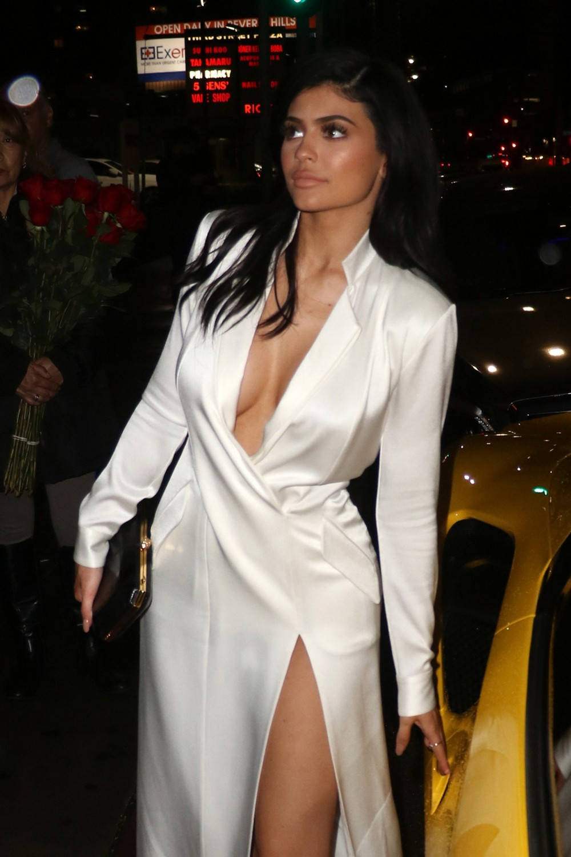 Кайли Дженнер в белом платье