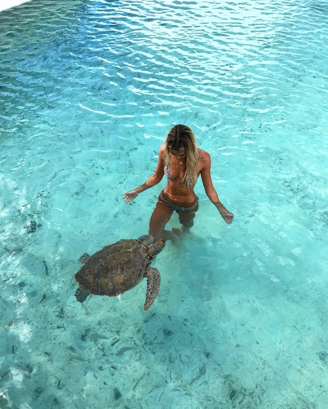22-летняя студентка путешествует по экзотическим местам и делает снимки с удивительными животными