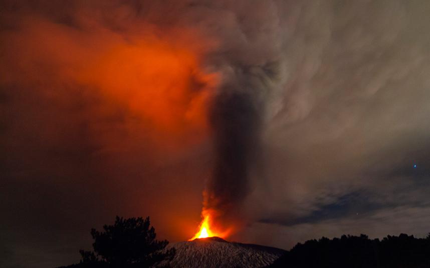 Машина покрыта пеплом вулкана.