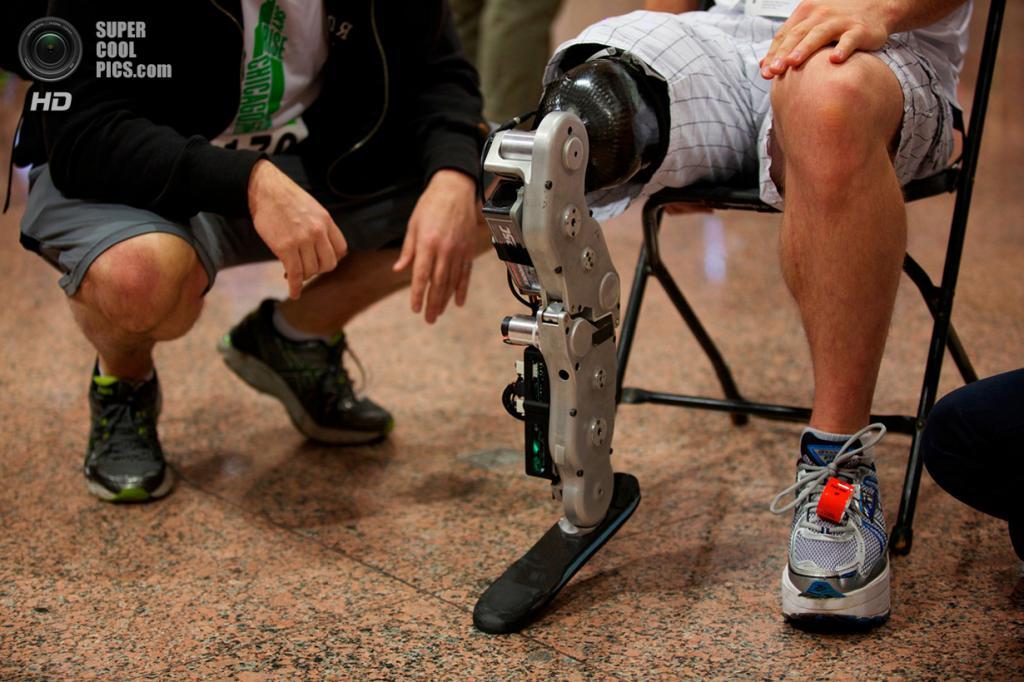 США. Чикаго, Иллинойс. 4 ноября 2012 года. 31-летний инженер-программист Зак Ваутер готовится со