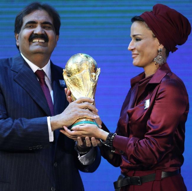 © East News/ AFP PHOTO/ KARIM JAAFAR  Внизу: Шейха Моза смужем— в2010 году Катар стал перво