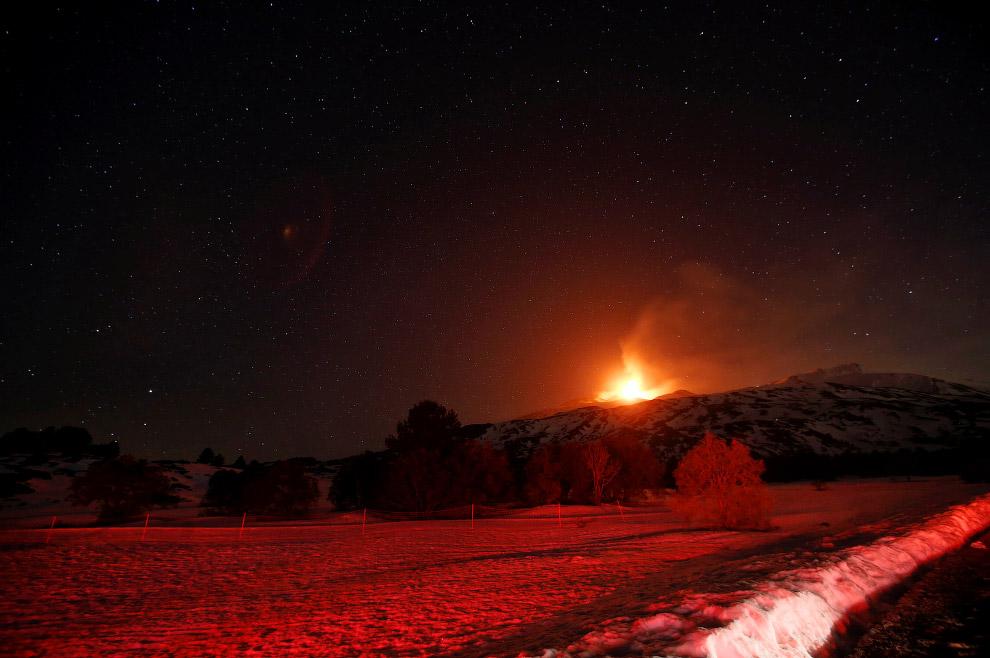 12. Слово лава заимствовано из итальянского (lava) и французского языка (lave) в 18 веке. Оно о