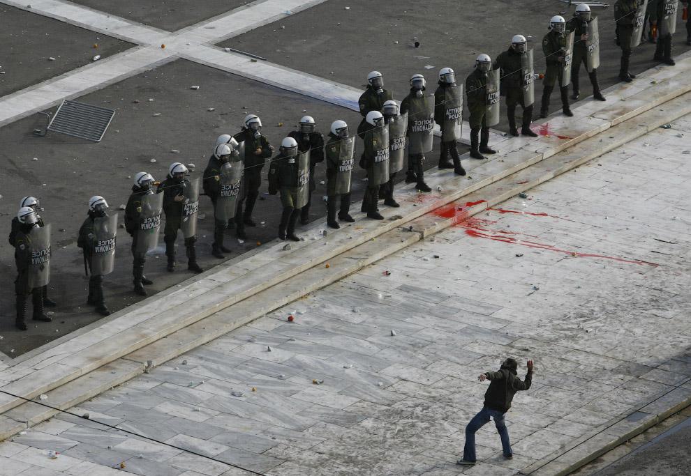 3. Гораздо креативней бегать за полицейскими голым. Это акция протеста против визита канцлера Г