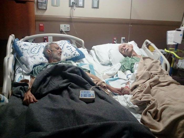 Страдающий от рака сын в последний раз держит за руку умирающего отца.