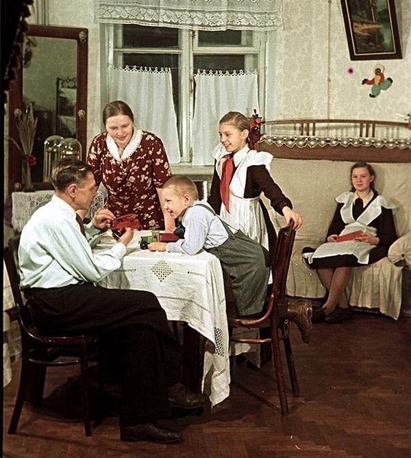 Пекарь С.И. Мельников с семьей в новой квартире, 1951 год. Для пекаря московской фабрики «Большевик»
