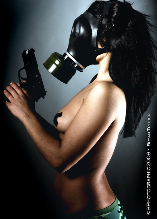 Девушки и оружие (60 фото)