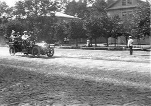 Император Николай II уезжает со скачек в автомобиле