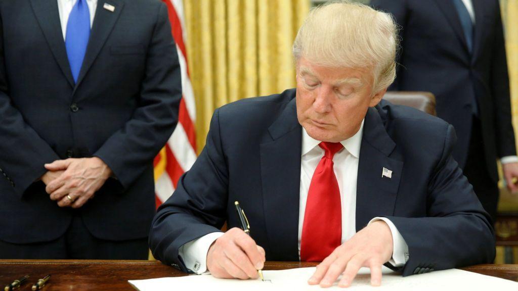 Дональд Трамп вприсутствии собственных помощников подписал три новых указа