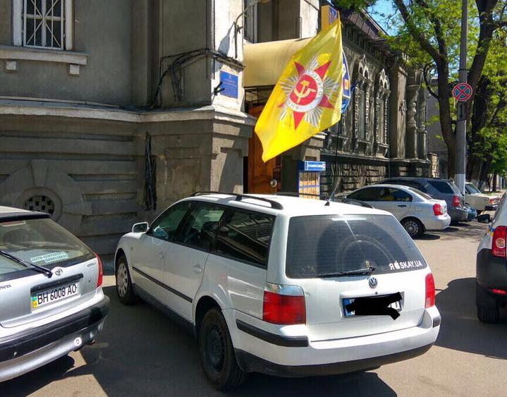 ВОдессе задержали зарубежную машину ссоветским флагом