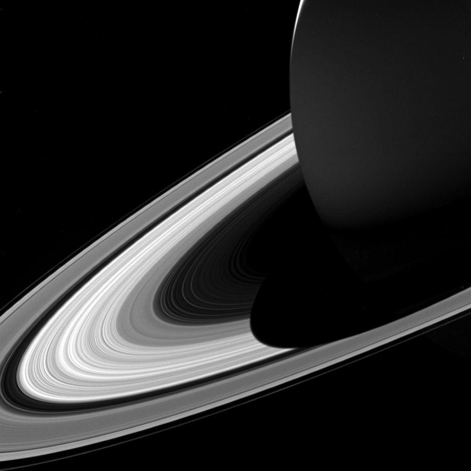 «Кассини» сфотографировала тень Сатурна наего кольцах