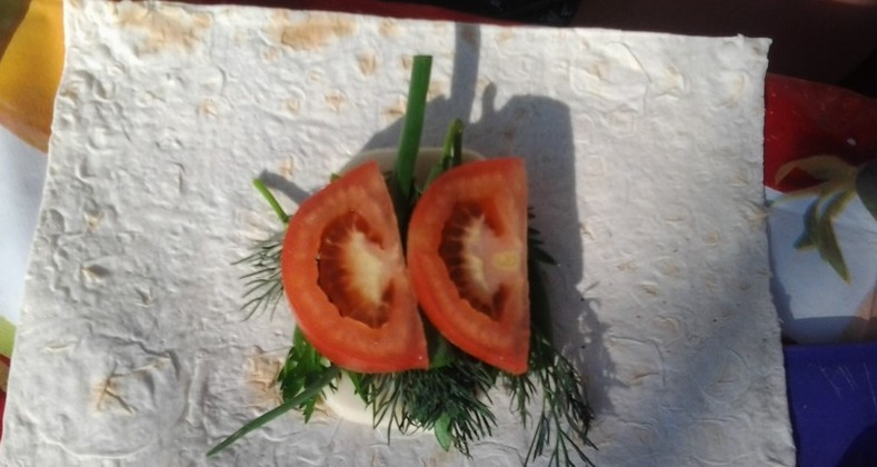 Лаваш с сыром и помидорами