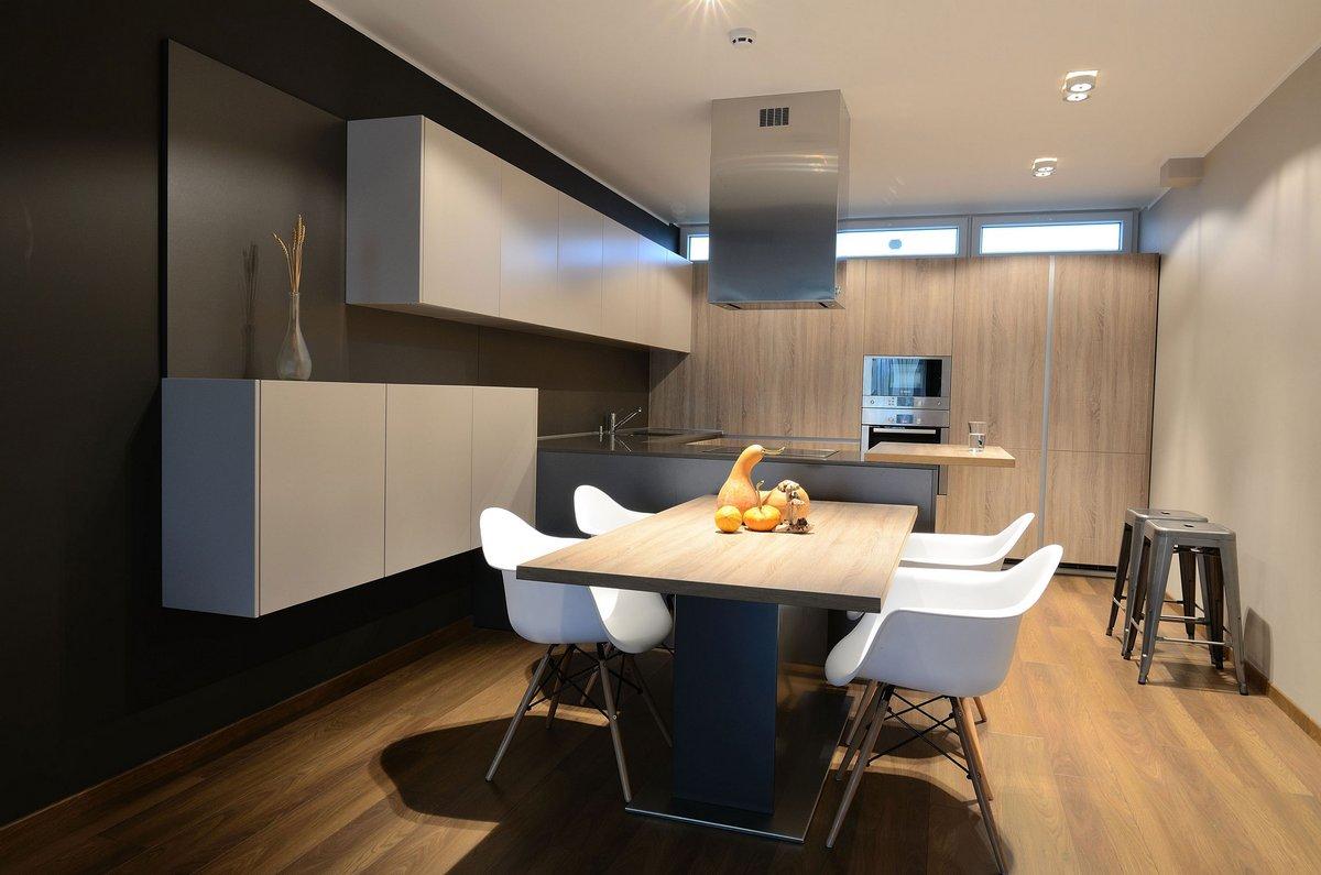 Обеденный стол в современной квартире